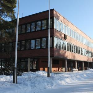 kaupungintalon julkisivu talvella