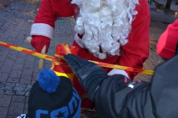 joulupukki jakaa karkkia