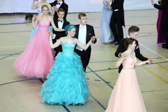 tanssiojoita värikkäine mekkoineen