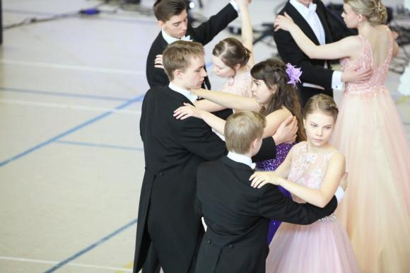 vanhojen tanssien tanssijoita
