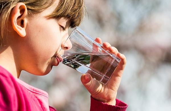 lapsi juo vettä lasista