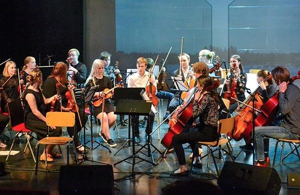 orkesteri soitamassa