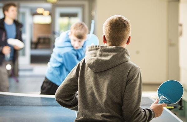 nuoria pelaa pingistä