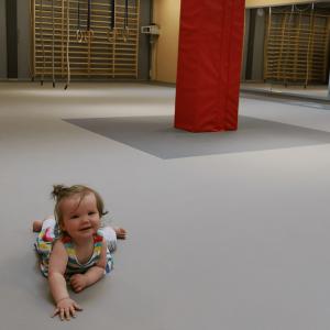 pieni lapsi monitoimitilan lattialla