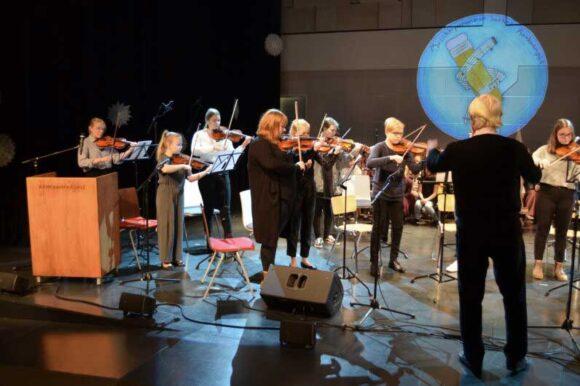 lapset soittavat viulua konsertissa