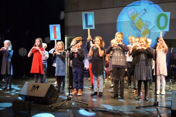 konsertissa lapset laulavat ilosta