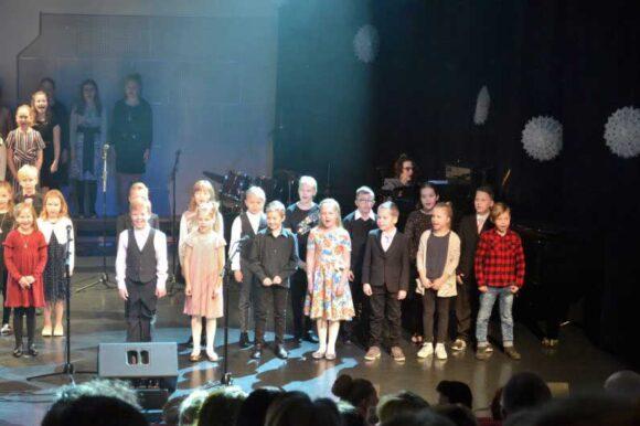 lapsia laulamassa