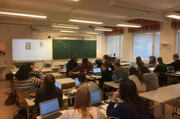 opiskelijoita luokkahuoneessa