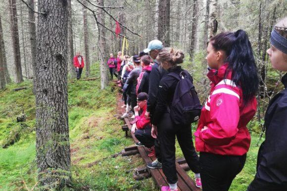 opiskelijoita metsäpolulla