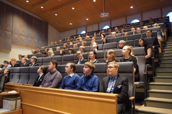 opiskelijoita sevio salissa