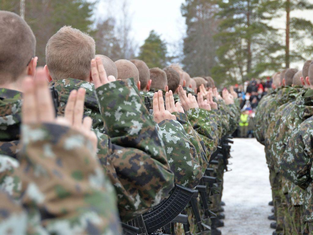 alokkaita sotilasvalaa vannomassa