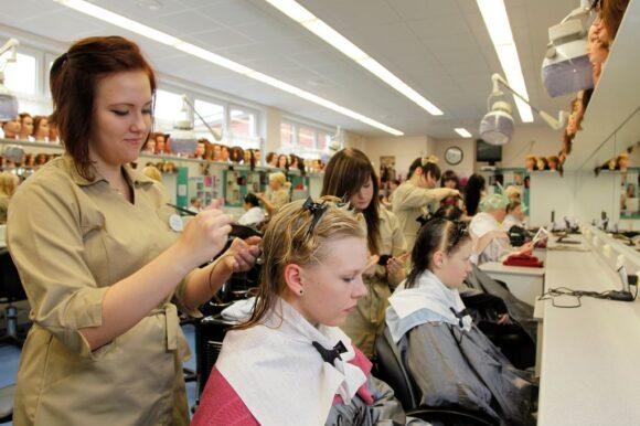 parturi opiskelija työssään