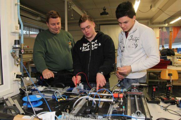 sähköalan opiskelijoita mittaus puuhissa