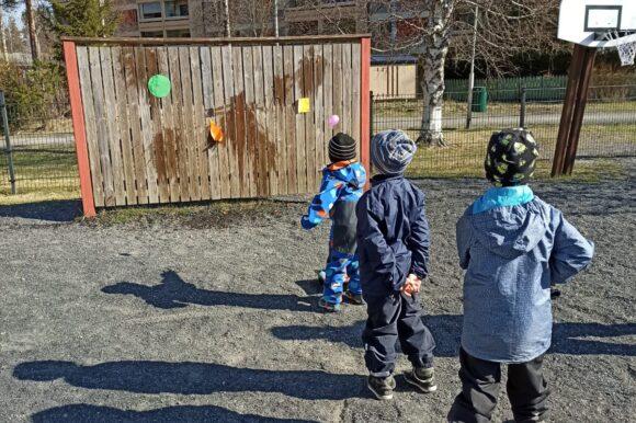 lapset heittää vesi-ilmapalloja maalitauluun