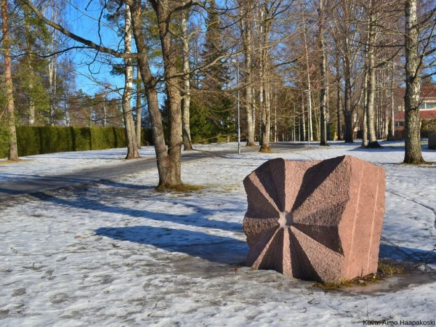 taideteos puistossa