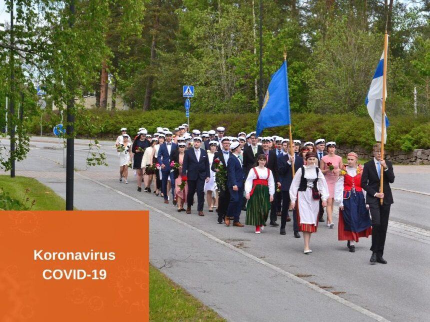 ylioppilaat marssimassa